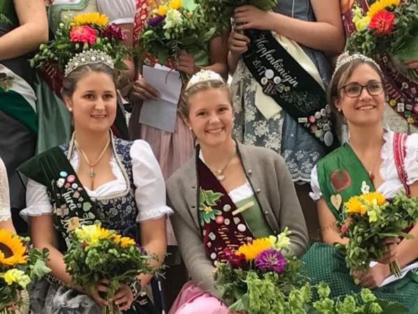 Inthronisation der neuen Siegenburger Hopfenkönigin